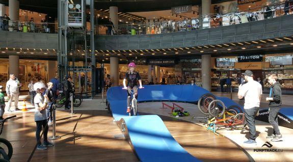 BMX zeigt in der Einkaufsgalerie - Lublin (PL)