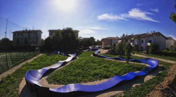 Pump-Track für Skateboarding angepasst